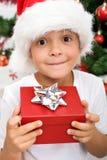 Zuiver geluk - jongen met aanwezige Kerstmis Royalty-vrije Stock Afbeelding