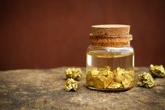 Zuiver gouden die erts in een glasfles wordt gevonden stock afbeelding