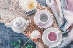Zuiver koffie of theestel Een lichtgrijs paar elegant porselein en pastelkleur roze koppen op een comfortabele achtergrond stock foto