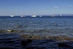 Zuiver water op een achtergrond van van blauwe hemel, zeilboten in een mooie inham van de Middellandse Zee Royalty-vrije Stock Afbeelding