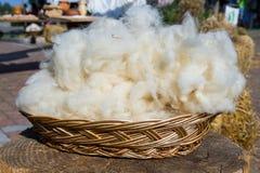 Zuivere maagdelijke wolhand die met ontmoet traditioneel werken Royalty-vrije Stock Foto