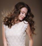 Zuivere schoonheid Jonge brunette met gesloten ogen Stock Afbeelding