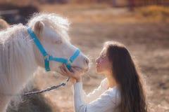 Zuiverheid en onschuld paard witte engelen royalty-vrije stock afbeelding