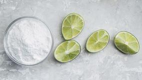 Zuiveringszout en citroen stock afbeelding