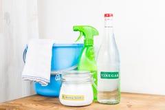 Zuiveringszout met azijn, natuurlijke mengeling voor efficiënte huiscleani Stock Foto