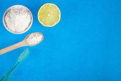 Zuiveringszout met citroen en borstel stock fotografie
