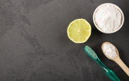 Zuiveringszout met citroen en borstel royalty-vrije stock foto