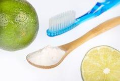 Zuiveringszout met citroen en borstel royalty-vrije stock afbeeldingen