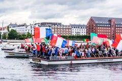 Zujubelnde Anhänger auf Kanalbooten in Kopenhagen lizenzfreie stockfotos