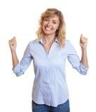 Zujubelnde blonde Frau mit Jeans Lizenzfreie Stockfotografie