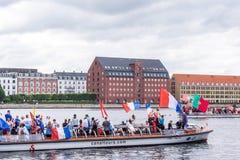 Zujubelnde Fußballanhänger auf Kanalbooten in Kopenhagen stockbilder