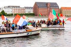 Zujubelnde Fußballanhänger auf Kanalbooten in Kopenhagen stockfoto