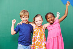 Zujubelnde Gruppe Kinder Stockbilder