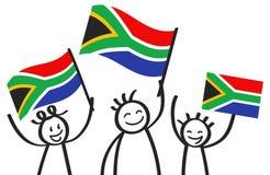 Zujubelnde Gruppe von drei glücklichen Stockzahlen mit südafrikanischen Staatsflaggen, lächelnde Südafrika-Anhänger, Sportfans lizenzfreie abbildung