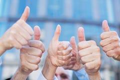 Zujubelnde Leuteholding greift oben ab Lizenzfreie Stockfotografie