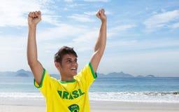 Zujubelnder brasilianischer Sportfan am Strand lizenzfreies stockbild