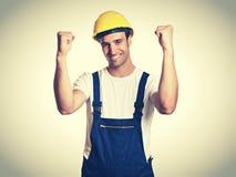 Zujubelnder lateinischer Bauarbeiter im Retro- Blick der Weinlese Stockfoto