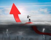 Zujubelnder Pfeil des Geschäftsmannes, der oben Trendlinie mit sonnigem stor verbiegt Lizenzfreie Stockbilder