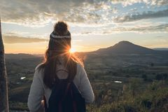 Zujubelnder Reisender der jungen Frau, der Sonnenaufgang betrachtet lizenzfreies stockbild