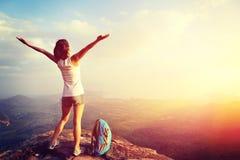 Zujubelnder Wanderer der jungen Frau öffnen Arme Stockfotos