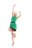 Zujubelndes blondes Mädchen im grünen Kleid Lizenzfreie Stockbilder