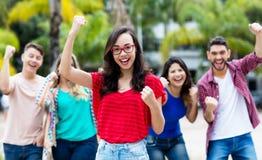 Zujubelndes französisches Mädchen mit glücklicher Gruppe Freunden lizenzfreies stockfoto