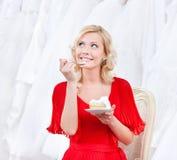 Zukünftige Braut hat den Hochzeitskuchen Stockbilder