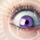 Zukünftige Frau mit Cybertechnologie-Augenplatte Stockfoto