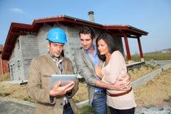 Zukünftige Hausbesitzer auf Baustelle Stockbilder