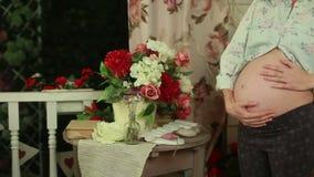 Zukünftige Mutter nahe Tabelle mit Dekor stock footage