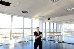 Zukünftiger Choreograf in der Sportkleidung auf einzelnem Training in hal Lizenzfreies Stockbild
