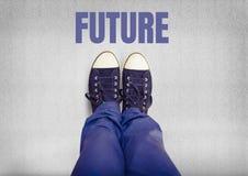 Zukünftiger Text und blaue Schuhe auf Füßen mit grauem Hintergrund Stockfotos