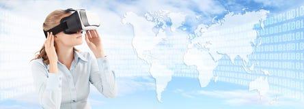 Zukünftiges Technologiekonzept, tragende Gläser der virtuellen Realität der Frau Lizenzfreie Stockfotos