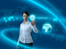 Zukünftige Geschäftslösungen (Frau in der Schnittstelle) Stockbilder