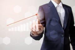 Zukunft des Finanzgeschäftskonzeptes, Geschäftsmann, der zunehmendes Diagramm mit Finanzsymbolen berührt Lizenzfreies Stockbild