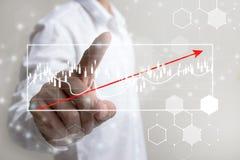 Zukunft des Finanzgeschäftskonzeptes, Geschäftsmann, der zunehmendes Diagramm mit Finanzsymbolen berührt Lizenzfreie Stockfotos