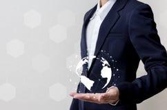 Zukunft des Technologienetzkonzeptes, Geschäftsmann, der weltweites Netz hält Lizenzfreies Stockfoto