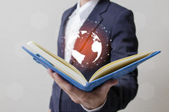 Zukunft des Technologienetzkonzeptes, Geschäftsmann, der weltweites Netz hält Stockfotos