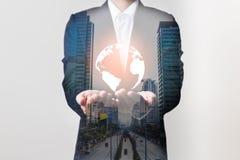 Zukunft des Technologienetzkonzeptes, Geschäftsmann, der weltweites Netz hält Lizenzfreie Stockbilder