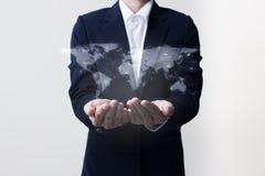 Zukunft des Technologienetzkonzeptes, Geschäftsmann, der weltweites Netz hält Stockfoto