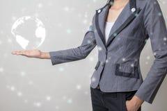 Zukunft des Technologienetzkonzeptes, Geschäftsmann, der weltweites Netz und grafische Schnittstelle hält Stockfoto