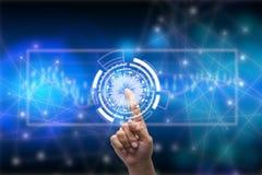 Zukunft des Technologienetzkonzeptes, Geschäftsmann, der weltweites Netzsymbol und grafische Schnittstelle hält Lizenzfreies Stockbild