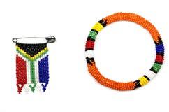 Zulu Beads Threaded in i en armbindel och en söder - afrikansk flagga Royaltyfria Bilder