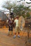 Zulu Chief posant avec le touriste en Shakaland Zulu Village, Afrique du Sud Images stock