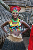 Zulu- Frau, die handgemachte Kleidung an kulturellem Dorf Lesedi trägt Lizenzfreies Stockbild