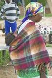Zulu kobieta z dzieckiem na ona z powrotem ubierał w jaskrawy barwiącej odzieży, Zululand, Południowa Afryka Fotografia Stock