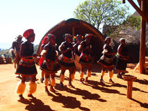 Zulu ludzie w tradycyjnym odziewają Kwiecień 18, 2014 Natal obraz stock