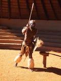 Zulu mężczyzna przedstawia wojownika Kwiecień 18, 2014 Natal, południe Zdjęcie Royalty Free
