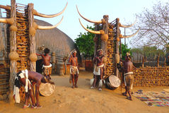 Zulu worriers w Shakaland zulu wiosce, Południowa Afryka obraz stock