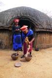Zulukvinna i traditionella slut i Shakaland Zuluby Arkivfoto